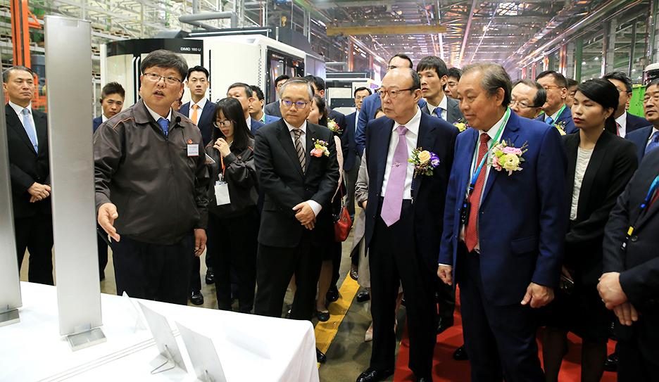 김승연 한화그룹 회장이 베트남 쯔엉 화 빙 수석 부총리와 생산라인을 둘러보고 있다