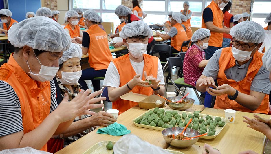 추석맞이 송편 빚기 봉사활동에 참가한 한화첨단소재 임직원들과 자원봉사자들