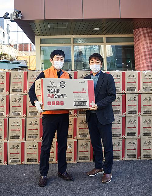 한화건설 봉사단이 서울 은평재활원에 방역물품을 전달하는 모습