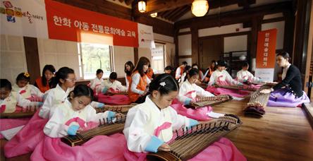 서울 남산국악당 체험실에서 전통문화예술교육사업인 '한화예술더하기' 사회공헌 활동에 참석한 한화그룹 임직원 봉사자들과 아동들이 교육에 참여하고 있다.