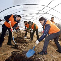 한화그룹 신임임원 50여명은 24일(화) 충청남도 청양군 청남면 아산리를 찾아 농촌봉사활동을 펼쳤다.