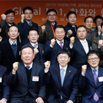 ㈜한화는 2월 10일 창원사업장에서 김연철 대표이사(사진 왼쪽에서 네번째)와 19개 우수 협력사 대표가 참석한 가운데'2017 동반성장협약식'을 개최했다.