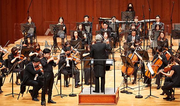 부천필하모닉오케스트라와 줄리안 코바체프의 지휘 바이올리니스트 김동현의 협연 모습