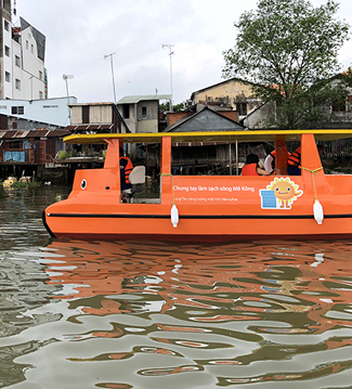 클린업 메콩 캠페인으로 베트남에 기증한 태양광 보트