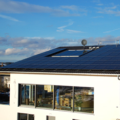독일 아우크스부르크(Augsburg)시 주택 지붕에 설치된 한화큐셀 태양광 모듈