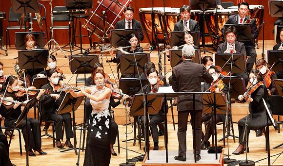 3월 30일 금난새의 지휘 플룻 최나경의 협연으로 성남시립교향악단의 개막공연이 진행되고 있다