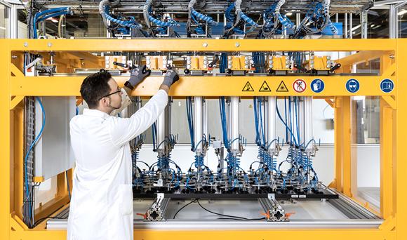 한화큐셀 독일 기술혁신센터에서 직원이 태양광 모듈 관련 장비를 점검하고 있다